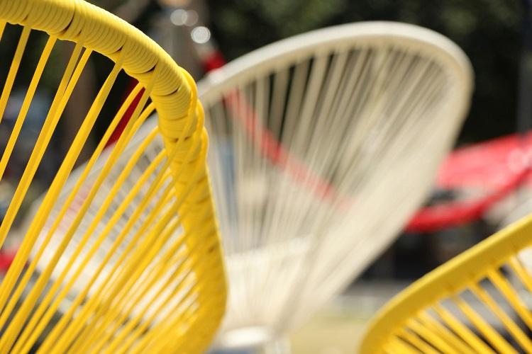 Gelbe und weiße Acapulco Stühle in Detailansicht