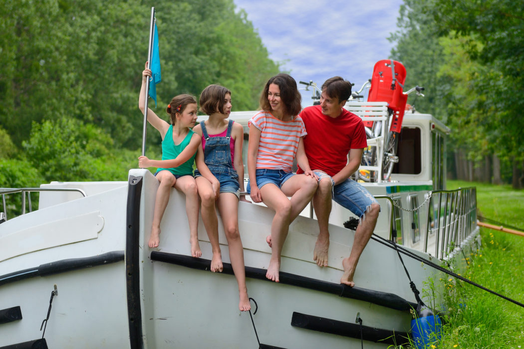 Familie auf dem Hausboot