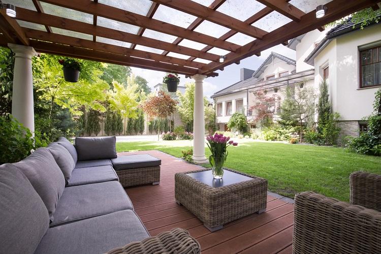Terrassenüberdachung und Gartenmöbel
