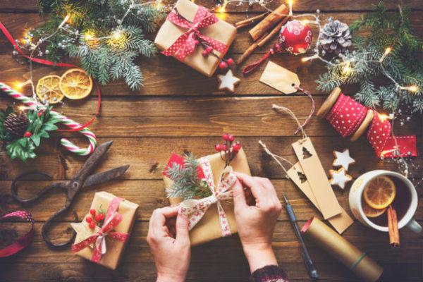 Geschenke werden weihnachtlich Verpackt - Tannenzweige schmücken den Tisch