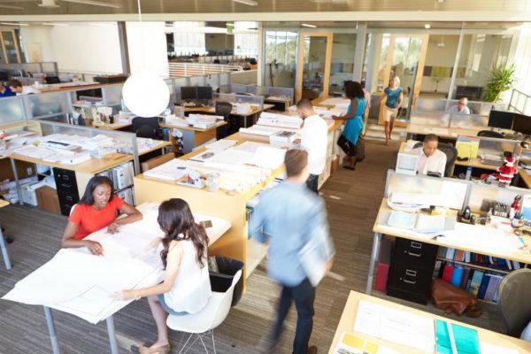 Innenansicht des geschäftigen, moderne, offene Büro