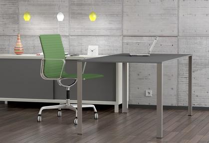 Arbeitsplatz, Schreibtisch und Stuhl