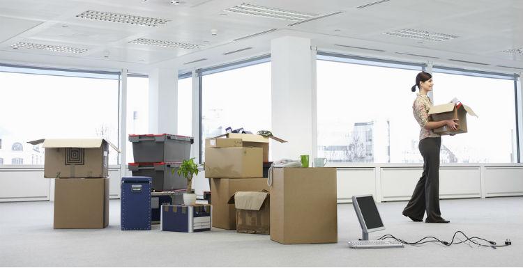 Mitarbeiterin in einem Büro während des Umzugs