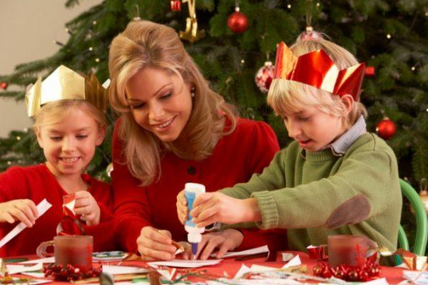 Familie bastelt gemeinsam in der Vorweihnachtszeit