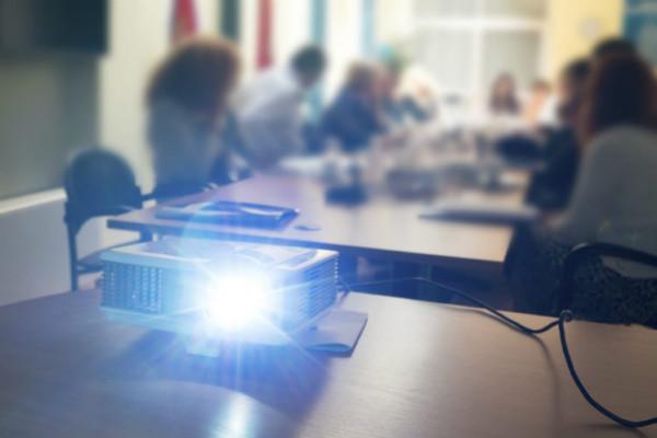 Beamer in einem Konferenzraum