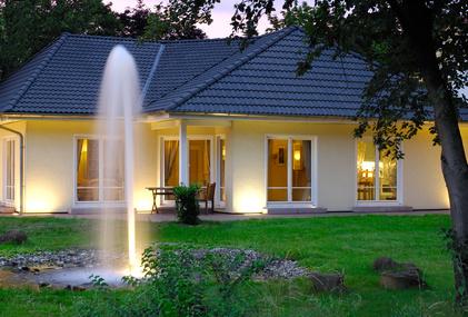 Auch um das eigene Haus lassen sich Lampen stilvoll einbauen