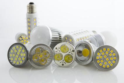 Eine Vielzahl an verschiedenen LED Lampen liegen nebeneinander.