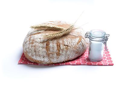 Brot und Salz sind schön dekoriert auf einem Tuch.