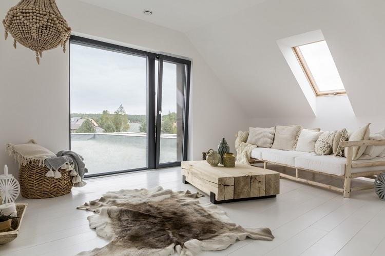 Dachgeschosswohnung mit großer Fensterfront