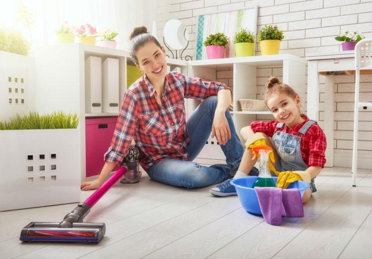 Mit Haushaltsgeräten putzen Frau und Kind gerne die Wohnung