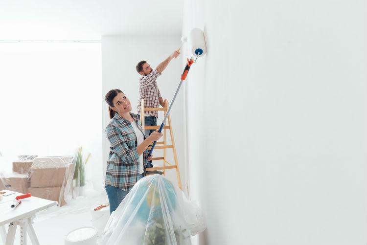Ein Pärchen ist dabei die Wohnung selbst zu streichen