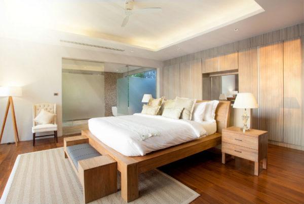 Schlafzimmer mit Massivholzmöbeln eingerichtet