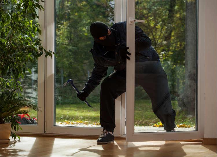 Einbrecher steigt über die Terrasse ins Haus