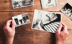 Schwarz-weiß Familienbilder auf einem Tisch