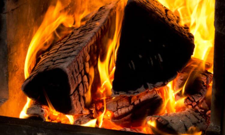 Feuerholz brennt im Kaminofen.