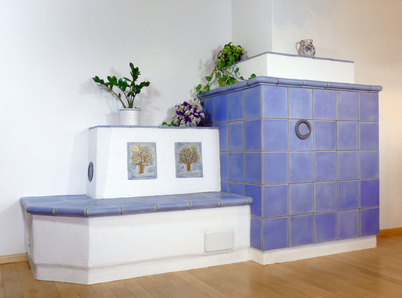 Kachelofen mit blauen Kacheln