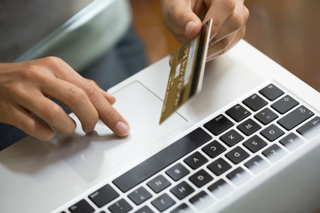 Frau bestellt bei einem Online Versandhaus