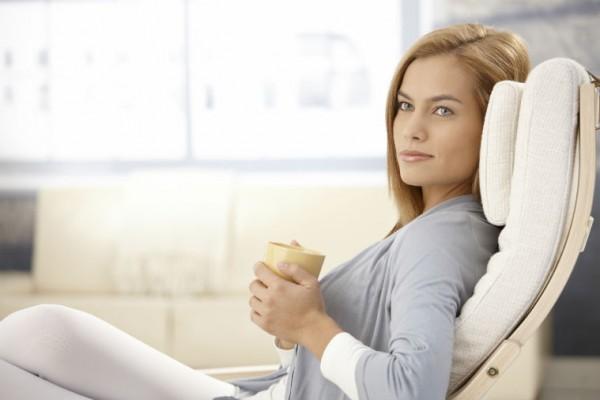 Frau liegt im Lounge Sessel