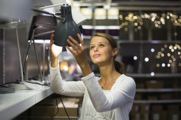 Frau schaut sich IKEA Lampen an