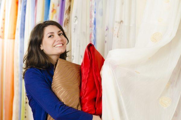 Frau beim Einkauf von Gardinen