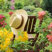 Gärtnerhut an Stuhl