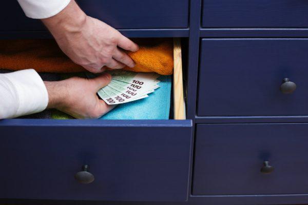Geheimverstecke in der Wohnung - Geldscheine werden in Kommode versteckt