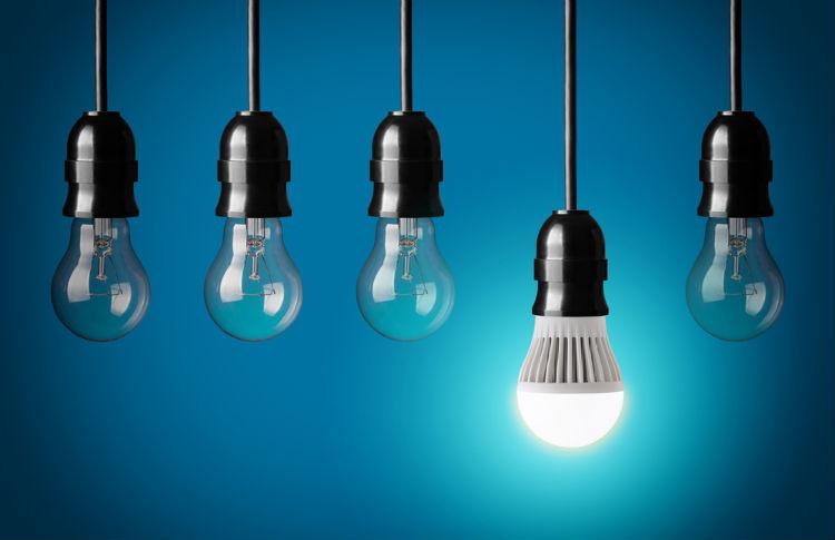 Glühbirnen und eine leuchte LED-Birne
