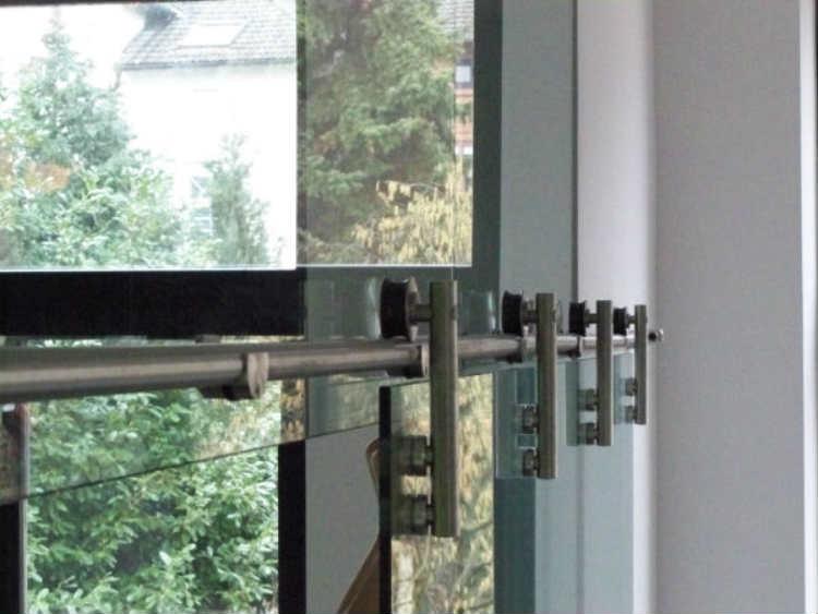 Glastrennwand mit 2-flügeliger Schiebetür