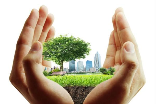 Hände halten grüne Stadt