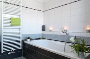 Bad in modernem Stil mit Handtuchheizkörper