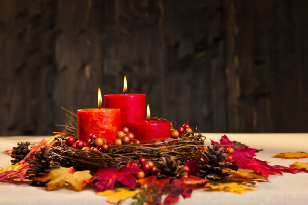 Herbst Kerzen dekoriert mit Naturmaterialien