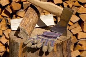 Holz hacken, gespaltete Holzscheite auf dem Hackstock