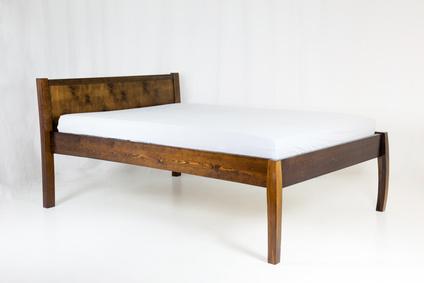 Ein Holzbett aus echtem Massivholz