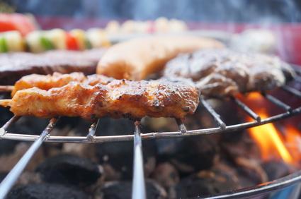 Der Holzkohlegrill ist der Klassiker unter den Grills und vor allem günstig in der Anschaffung