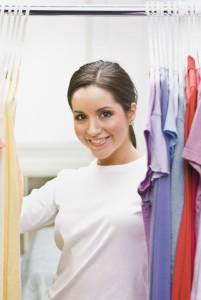 Junge Frau sortiert ihren Kleiderschrank