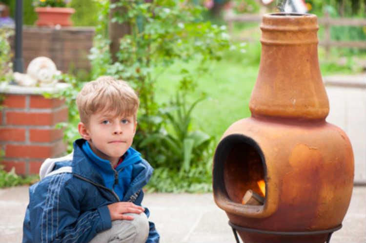 Mit einem Kamin oder eine Feuerstelle lässt sich der Garten einfach erweitern