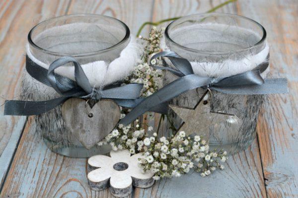 Kerzen im Glas dekorieren mit Blumen und Motiven aus altem Holz
