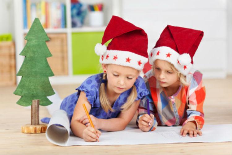 Zwei Kinder Malen in ihrem Kinderzimmer.