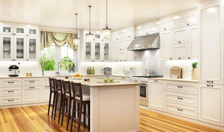 Schöne, helle Küche in weiß