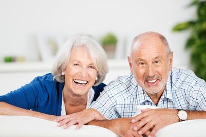 lächelndes älteres ehepaar in wohnung