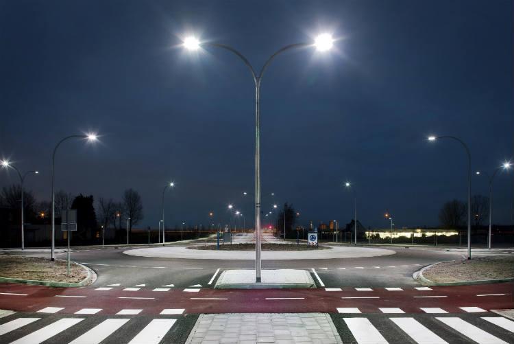 LED Straßenlaterne leuchtet abends