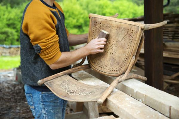 Mann restauriert Stuhl