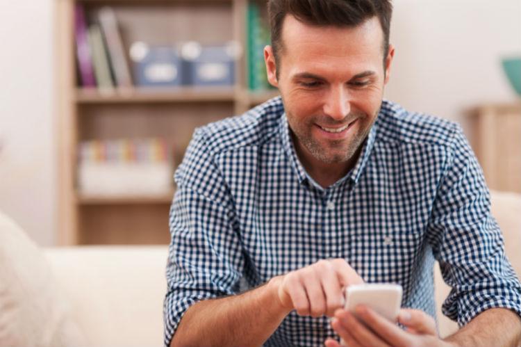 Mann steuert Haushalt mit Smartphone