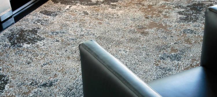 Ein Sessel steht auf einem Designerteppich