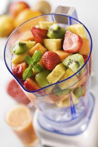 Mixer mit bunten Früchten