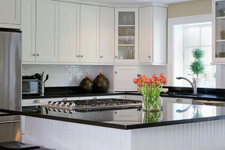 Schlichte Küche in weiß mit Kochinsel
