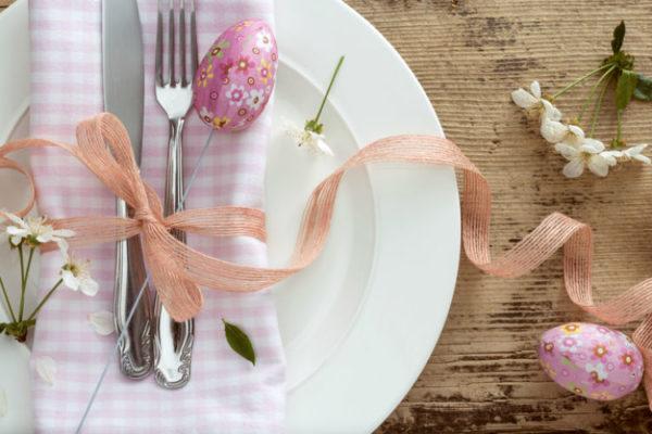 Osterbrunch Deko - Besteck und Geschirr mit rosa Osterdeko