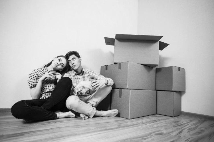 Pärchen richtet Wohnung ein