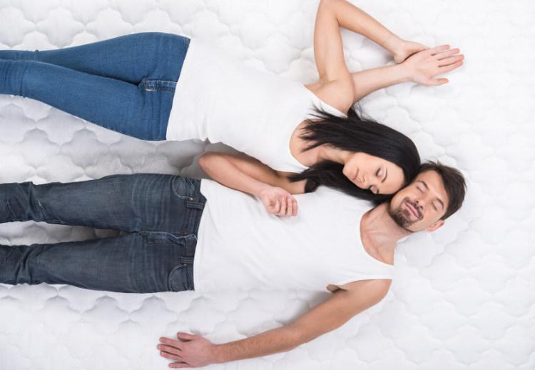 Paar auf Matratze
