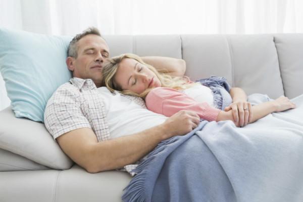 Paar schläft auf dem Sofa
